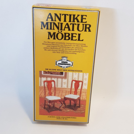 Mini Mundus 2 Queen Ann gestofferde stoelen periode 1800