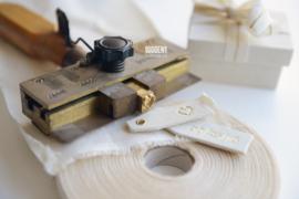 Ringendoosje met tag(s) natuurlinnen & natural / gouden strik
