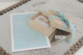 Ringendoosje met tag(s) sand linnen & blauwe strik