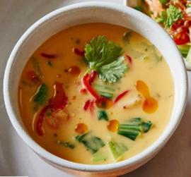 Javaanse Currysoep met Oosterse Groenten en Stukjes Kip