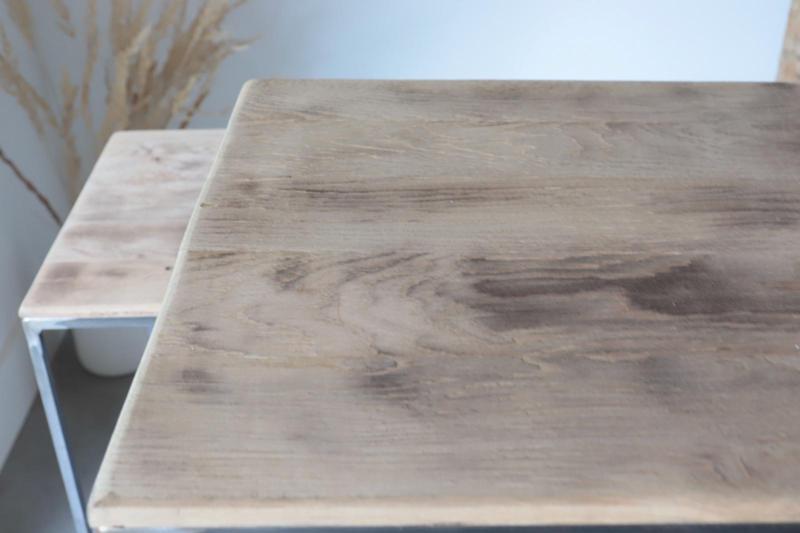 Hoge stalen zuil met  rechte gebrande planken