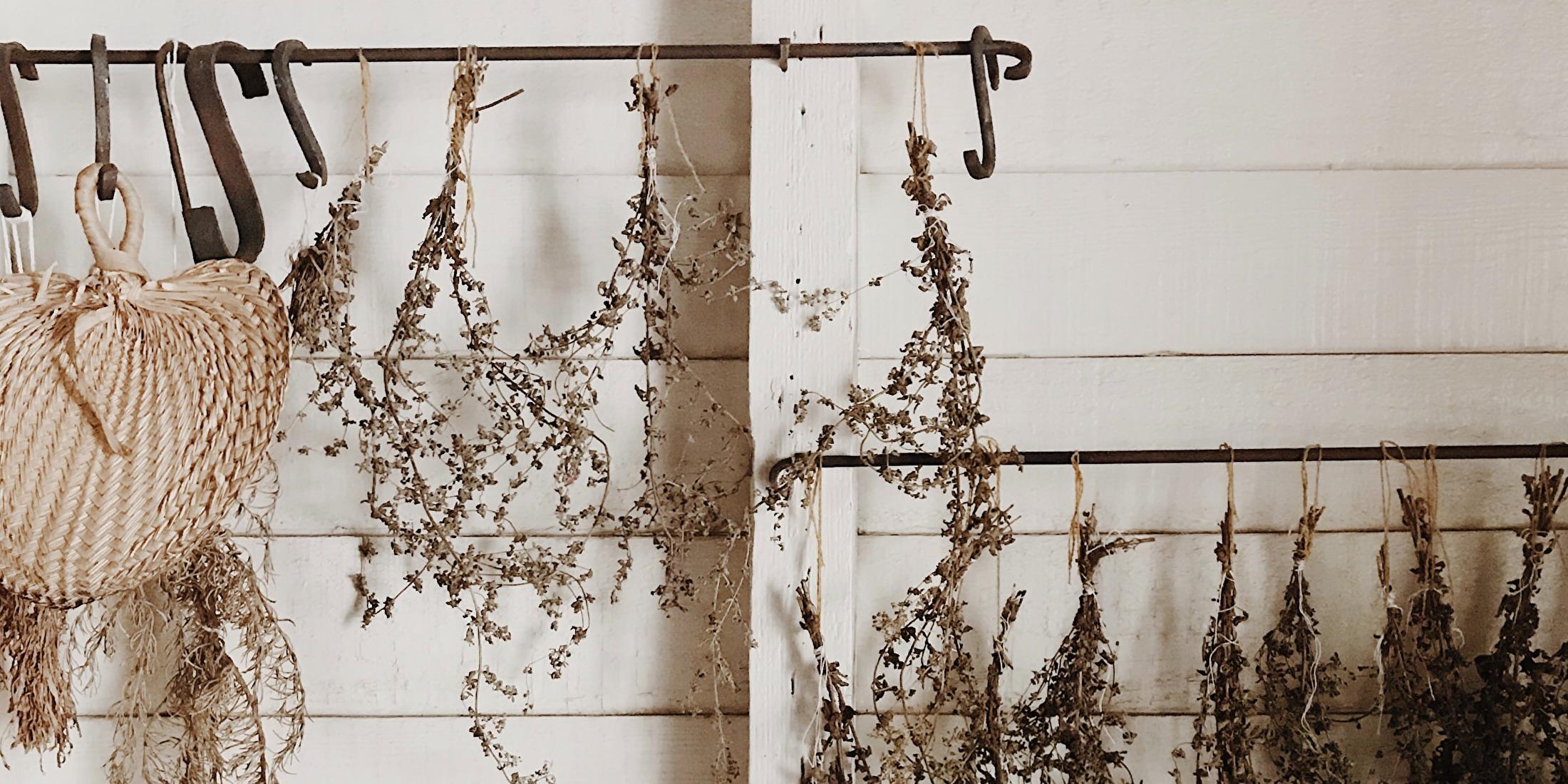 Witte muur met gedroogde bloemen