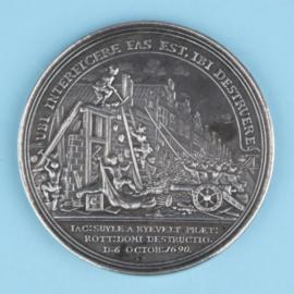Kangxi bordje met zilveren penning