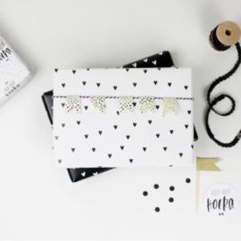 Inpakpapier | wit met zwarte hartjes | opgerold