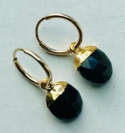 Minimalistische creooltje (Gold filled) met Vermeil Gold hangertjes Onyx