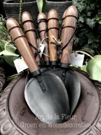 Poot schopje, houten handvat met gietijzer schepgedeelte
