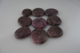 Massage en knuffel steen  Rhodonite