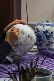 Hoe wordt Delfts blauw aardewerk gemaakt?
