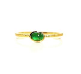 Verlovingsring in 18kt geel goud met een smaragd, ook mogelijk in rosé goud