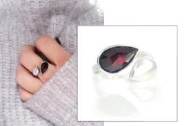 ring in zilver met een druppelvormige granaat