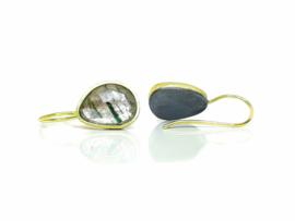 oorbellen in 18kt geel goud en geoxideerd zilver met groene rutil quartz