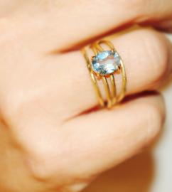 Ring in 18kt geel goud met een blauwe topaas