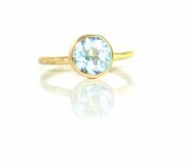 Verlovingsring in 18kt geel goud met een blauwe topaas