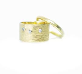 Trouwringen, 18kt geel goud met diamantjes, 2895€