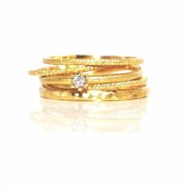 Deze set bestaat uit 5 ringen in 18kt geel goud waarvan één met een diamantje van 0,10ct