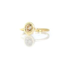 Verlovingsring in 18kt geel goud met een perzikkleurige saffier