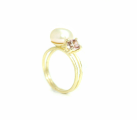 You & Me ring in 18kt geel goud met een barok zoetwaterparel en toermalijn