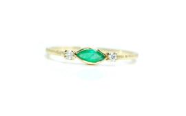 Zara verlovingsring in 18kt geel goud met smaragd en lab grown diamantjes