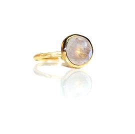 Ring in 18kt geel goud met maansteen, de steen meet 11mm