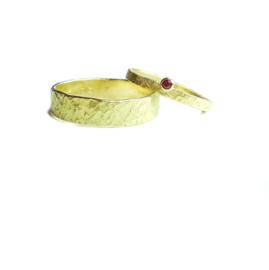 Trouwringen, 18kt geel goud met een granaat vaar het vrouwenmodel, 1895€