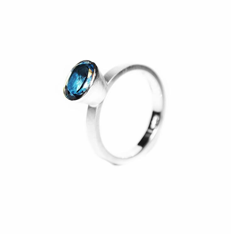 Victoria London blue topaz ring in zilver