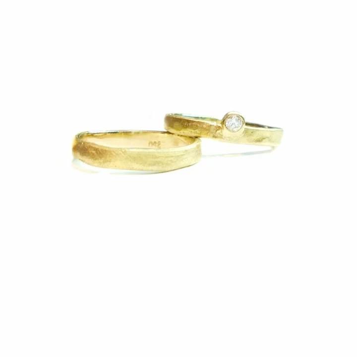 Trouwringen, 18kt geel goud met een diamantje, 1750€