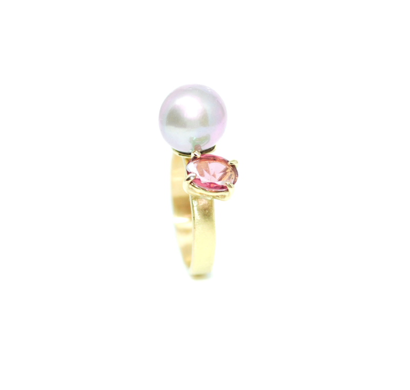 You & Me ring in 18kt geel goud met zacht roze Edison parel en toermalijn