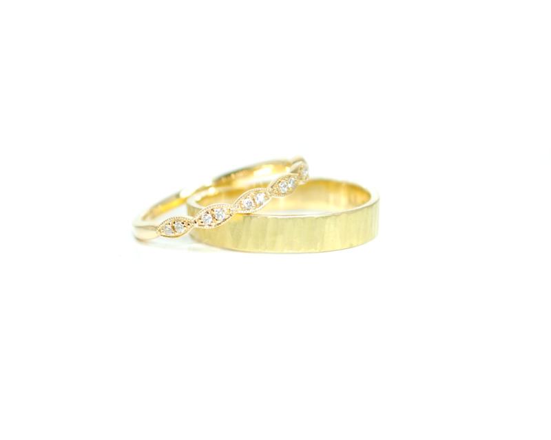 Trouwringen in 18kt geel goud, het damesmodel heeft 12 diamantjes, dit paartje is 2300€