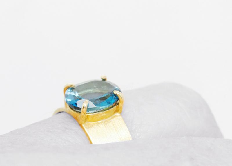 Anastasia ring, London blue topaz in 18kt geel goud, unieke ring