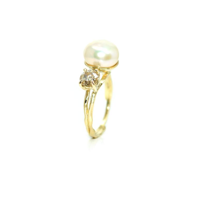 You & Me ring in 18kt geel goud met een barok zoetwaterparel en moissanite