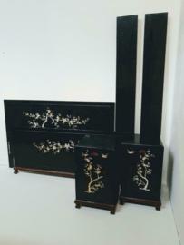 Oriental Chinees bed met nachtkastjes, zwarte lak met parelmoer inleg
