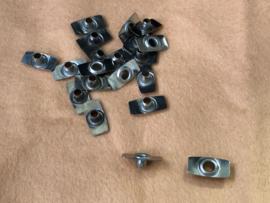 Metalen ankertjes schijfjes voor het elastieken van een oude pop