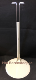 Grote stevige metalen poppenstandaard voor een slanke lange pop met smalle taille.
