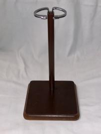 Vintage poppenstandaard vierkant hout + metaal voor een tot 30 tot 42 cm lange pop  .