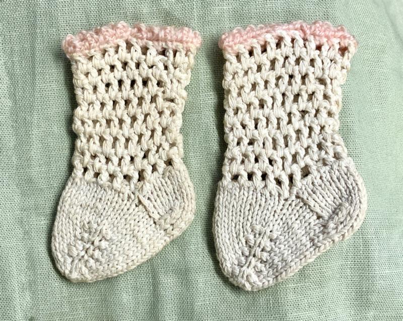 Katoenen poppen sokjes \ kousjes antieke stijl, oude voorraad !
