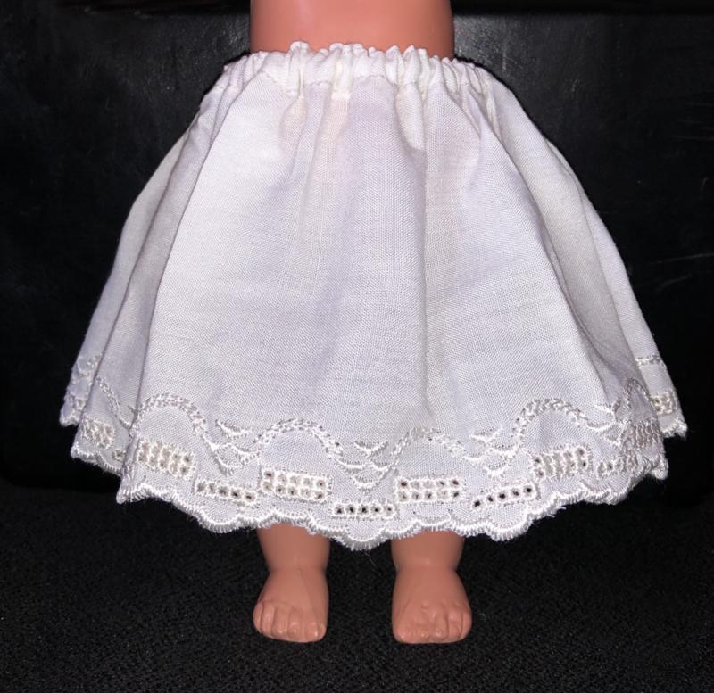 Petticoat onderrok onderjurk voor poppen 9 cm lang.
