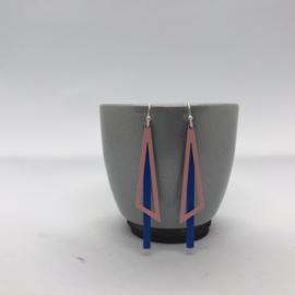 Oorbellen blauw staafje met zacht roze drieboek