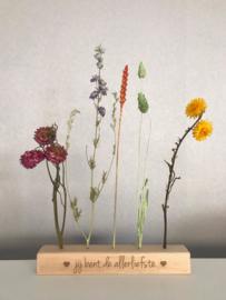Houten blokje met droogbloemen