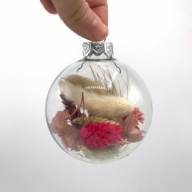 Glazen kerstbal met droogbloemen