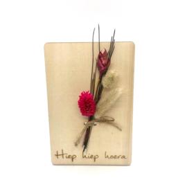Houten kaartje Hiep hiep hoera droogbloemen