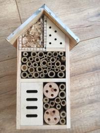 Insectenhotel hout metaal dak