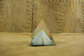 *[ N-0324 ] Kristal Piramide 4 x 4 cm. met kleine grijze piramide in midden