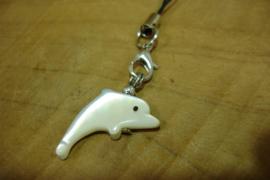[ N-0349 ] Dolfijntje +/- 2½ cm. Schelp, met zwart koordje