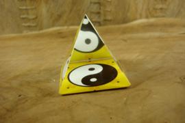 *[ N-0280 ] Piramide 5 x 5 cm. Yin Yang met gele bodem