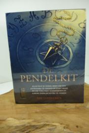 *[ N-0521 ] De Pendelkit; box van 22 x 18 cm.
