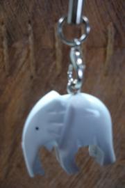 [ N-0353 ] Olifant  2½ cm. wit Hout met zwart koordje