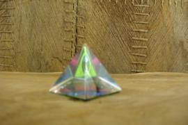 *[ N-0321 ] Kristal Piramide 4 x 4 cm. lichte ronding in midden