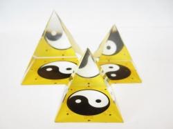 *[ N-0237 ] Kristallen  Piramide Ying Yang Geel  Breedte 4 cm lengte 4 cm Hoogte 4 cm