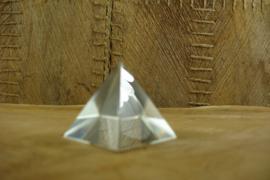 *[ N-0323 ] Kristal Piramide 4 x 4 cm. geheel helder