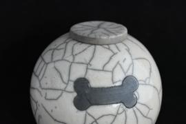 Urn met afbeelding van een hondenkluif